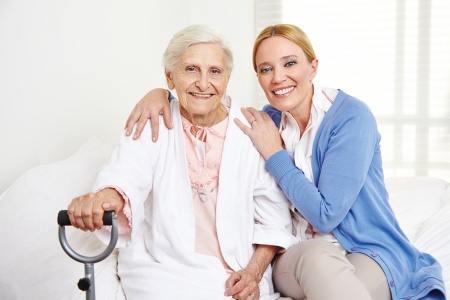 Pflegerin bei Patientin